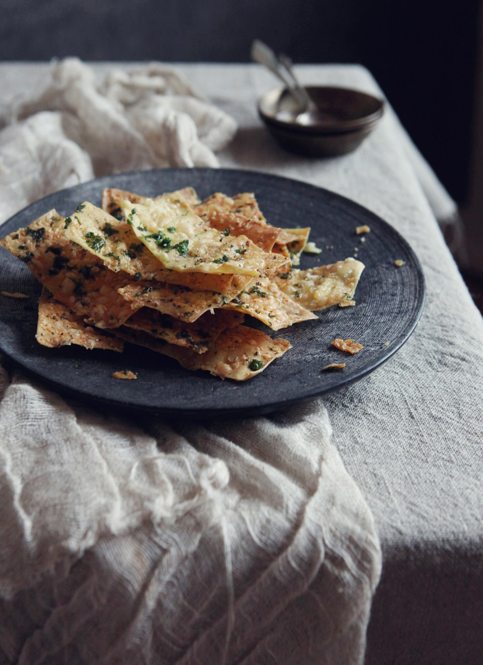 Crispy-Baked-Wonton-Crackers-with-Parmesan-Cheese-&-Garlic-2